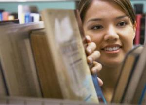 wanita_di_perpustakaan
